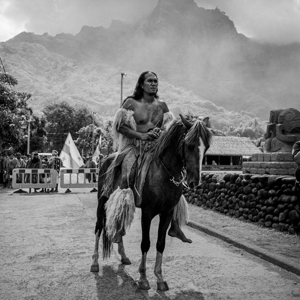 Humukohea Kaimuko, president de l'association du Festival des Arts des Marquises sur son cheval, ouverture du Festival des arts des îles Marquises, Atuona, Ile  d'Hiva Oa, Polynésie Francaise, 16 décembre 2015
